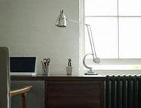 Desk with laptop and lamp 11044008419| 写真素材・ストックフォト・画像・イラスト素材|アマナイメージズ