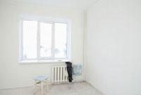 Old clothes on radiator under window of new apartment 11044012069| 写真素材・ストックフォト・画像・イラスト素材|アマナイメージズ