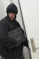 Burglar stealing laptop 11044019789| 写真素材・ストックフォト・画像・イラスト素材|アマナイメージズ