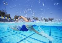 Female swimmer in United States swimsuit swimming in pool 11044024572  写真素材・ストックフォト・画像・イラスト素材 アマナイメージズ