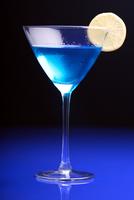 Close up of martini glass 11044031598| 写真素材・ストックフォト・画像・イラスト素材|アマナイメージズ