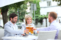 Happy businesspeople toasting beer glasses at outdoor restaurant 11044034276| 写真素材・ストックフォト・画像・イラスト素材|アマナイメージズ