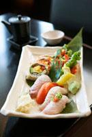Sushi and sashimi platter 11047012322| 写真素材・ストックフォト・画像・イラスト素材|アマナイメージズ