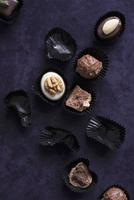 An assortment of filled chocolates and empty chocolate cases 11047039722| 写真素材・ストックフォト・画像・イラスト素材|アマナイメージズ