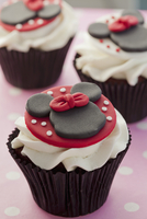 Chocolate cupcake decorated with Minnie Mouse and buttercream 11047042633| 写真素材・ストックフォト・画像・イラスト素材|アマナイメージズ