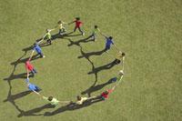 Group of children walking in circle holding hands 11055004120| 写真素材・ストックフォト・画像・イラスト素材|アマナイメージズ