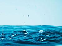 Droplets splashing pool of water 11055011593| 写真素材・ストックフォト・画像・イラスト素材|アマナイメージズ