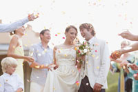 Guests throwing rose petals on bride and groom 11055012492| 写真素材・ストックフォト・画像・イラスト素材|アマナイメージズ