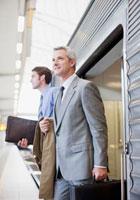 Businessmen exiting train in train station 11055012558| 写真素材・ストックフォト・画像・イラスト素材|アマナイメージズ