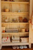木製の棚のタオルや小物