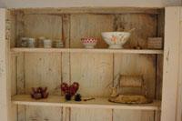 木製の棚のボウルや小物