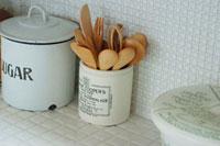 スプーンやフォークの入った陶器の入れ物