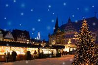 雪降るドイツのクリスマスマーケット広場