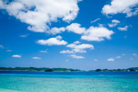 慶良間諸島の透明な海と空 11069003278| 写真素材・ストックフォト・画像・イラスト素材|アマナイメージズ