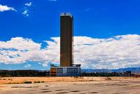 荒野の中に立つ高層ビル 11069004778| 写真素材・ストックフォト・画像・イラスト素材|アマナイメージズ