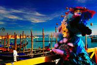 カーニバルで仮面をかぶった女性