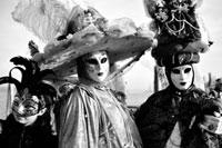 仮面をかぶった女性と少女