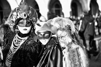 仮面をかぶった女性と子供