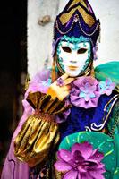 ベネチアのカーニバルで仮装をした女性