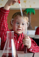 理科の実験をする少年