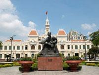 ホーチミンの銅像と人民委員会の建物