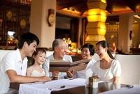 レストランでメニューを見る家族 11069007565| 写真素材・ストックフォト・画像・イラスト素材|アマナイメージズ