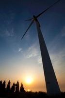 風力タービンと夕日