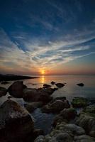 水平線に沈む夕日 11069007590| 写真素材・ストックフォト・画像・イラスト素材|アマナイメージズ