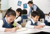 白人の先生と授業を受ける小学生