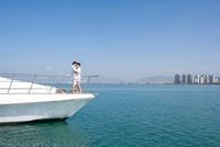 ヨットの上で見つめ合うカップル 11069007777| 写真素材・ストックフォト・画像・イラスト素材|アマナイメージズ