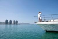 ヨットの上で手を広げるカップル 11069007778| 写真素材・ストックフォト・画像・イラスト素材|アマナイメージズ