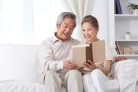 本を読むシニアカップル
