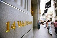 ウォール街を歩く人々 11069008091| 写真素材・ストックフォト・画像・イラスト素材|アマナイメージズ