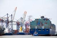 ハンブルク港に停泊するコンテナ船
