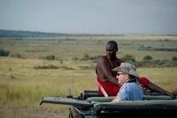 サファリを楽しむ白人男性とマサイ族の男性
