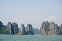 岩山が切り立ったハロン湾 11069009608| 写真素材・ストックフォト・画像・イラスト素材|アマナイメージズ
