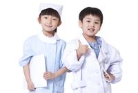 医師と看護師の仮装をした子供