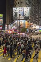横断歩道を渡る人々 11069011884| 写真素材・ストックフォト・画像・イラスト素材|アマナイメージズ