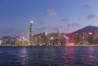 夜の香港島のビル群 11069013131| 写真素材・ストックフォト・画像・イラスト素材|アマナイメージズ