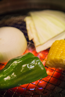 網で焼かれる野菜