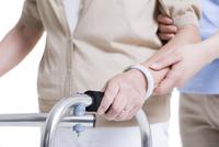 歩行訓練をする女性と介護士の手