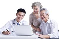 問診をする医師と患者 11069014591| 写真素材・ストックフォト・画像・イラスト素材|アマナイメージズ