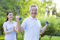 ダンベルをする老人とトレーナー 11069014645| 写真素材・ストックフォト・画像・イラスト素材|アマナイメージズ
