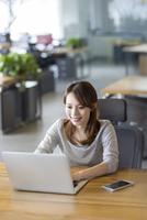 パソコンに向かう若い女性