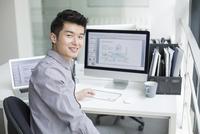 オフィスでパソコンを使用する若いビジネスマン