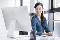オフィスでパソコンを使用する若い女性