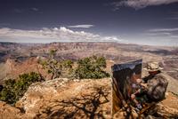グランドキャニオンで絵を描く男性 11069017380| 写真素材・ストックフォト・画像・イラスト素材|アマナイメージズ