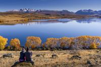 湖畔に座るカップル