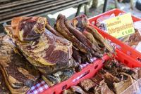 青空市場で売られている干し肉