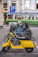 駐車されたバイクと自転車